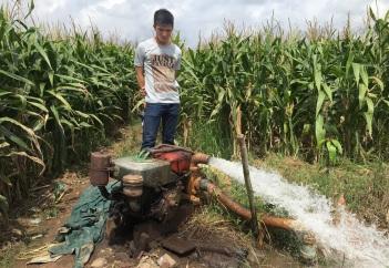 Typische Förderung von Grundwasser im ländlichen Vietnam.